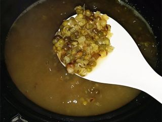 绿豆汤,连续煮闷三次左右,绿豆就熟烂开花