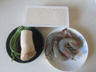 虾仁杏鲍菇豆花,准备好原材料;