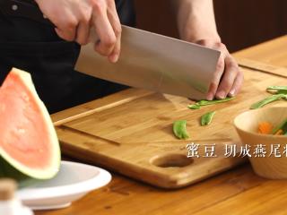 木耳蜜豆炒山药,将蜜豆改刀切成燕尾状