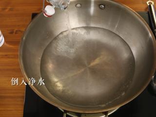木耳蜜豆炒山药,锅中倒入适量的净水