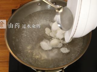 木耳蜜豆炒山药,将山药放入锅中过水