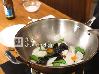 木耳蜜豆炒山药,加入鸡汁、盐、耗油