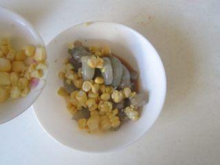 玉米虾仁馄饨,加入玉米粒;