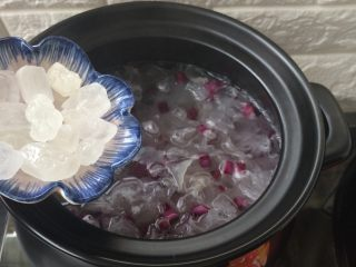 紫薯冰糖银耳羹,加入冰糖