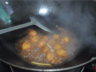 虎皮鹌鹑蛋——让孩子爱上吃蛋,加入糖、盐,翻炒均匀