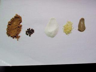 五香花生煮毛豆,准备盐、五香粉、鸡精、花椒、姜片