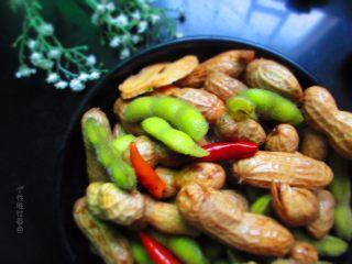 五香花生煮毛豆,吃不完的放冰箱可以保存两天。