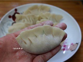 鲜嫩多汁的凉薯鲜肉煎饺,包好,捏紧,包饺子的手法各有不同,按自己顺手的做法就好