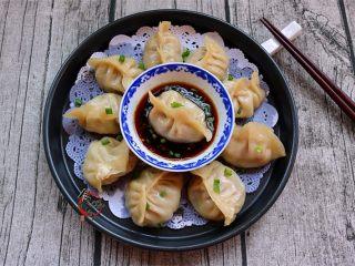 鲜嫩多汁的凉薯鲜肉煎饺,我喜欢的酱汁:饺子醋拌酱油,撒点葱花即成