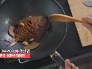 营养丰富又不长肉的老醋煎平鱼,放入适量老醋,一小碗生抽和适量的糖。
