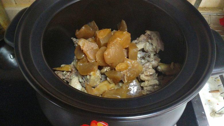 酸萝卜老鸭汤煲,将酸萝卜老鸭汤包倒入砂锅中,要在鸭子面上。