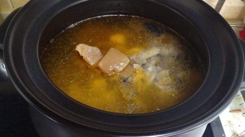 酸萝卜老鸭汤煲,熬鸭子的同时不要往汤中加水,加入水会影响老鸭汤的味道。