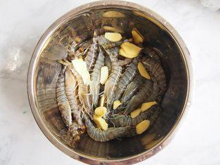 白灼竹节虾,可以放入一点姜和葱段,将竹节虾简单的腌制一下入味