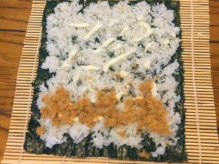 超简单寿司做法,再铺上薄薄一层肉松