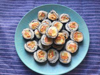 超简单寿司做法,卷好稍微压紧一下切成段
