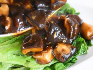 生菜就要这样做,美味下饭又不失营养,将生菜打入盘中,淋上香菇即可