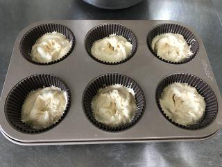 焦糖麦芬/玛芬,用刮刀和勺子搭配着挖面糊很方便。纸托先放一半的面糊