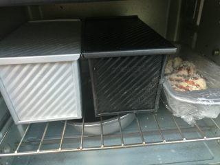 扭扭豆沙小土司,封上保鲜膜放入烤箱进行打次发酵,旁边放一碗热水,增加湿度。