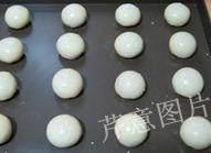 枣泥一口酥,将做好的生胚排进烤盘,刷上全蛋液或蛋水液(全蛋加等量清水混合),再撒上适量芝麻装饰