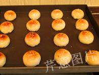枣泥一口酥,放入预热200度的烤香,烤25分钟,即可出炉