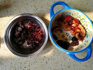 一品南瓜盅,红枣,龙眼干提前去核,人参籽提前浸泡好
