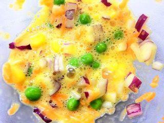 洋葱圈蔬菜蛋饼,鸡蛋加入,混匀。