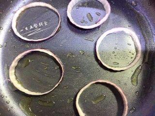 洋葱圈蔬菜蛋饼, 放入洋葱圈。 🌻小贴士:洋葱可以增进食欲,促进消化,有较强的杀菌作用。