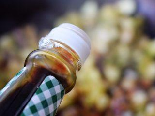 茄子墨鱼豆打卤面,烹入酱油;