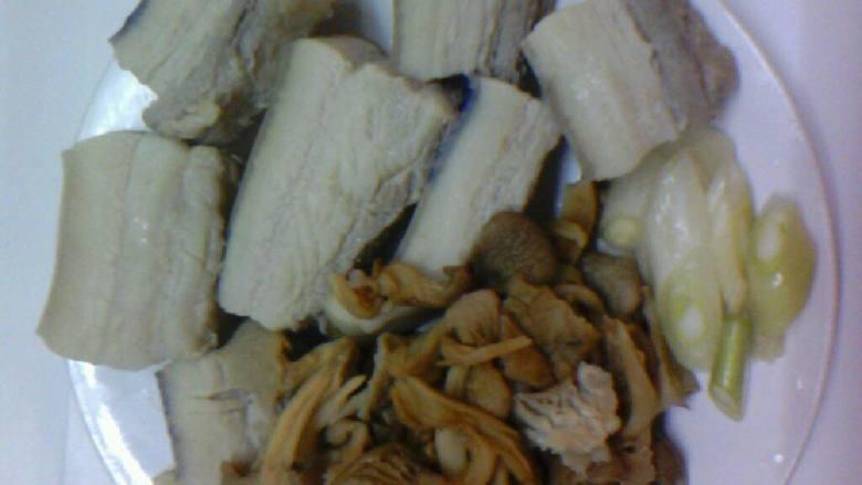 黄蘑扣肉,元蘑(东北干元蘑)开水煮l5分钟后泡发3小时左右,捞出,准用