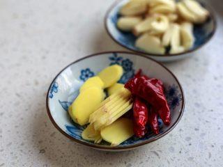 香辣螺蛳,螺蛳要彻底清洗干净并去除螺蛳尾巴,炒制时候要放生姜、大蒜和辣椒来中和下螺蛳的凉性。