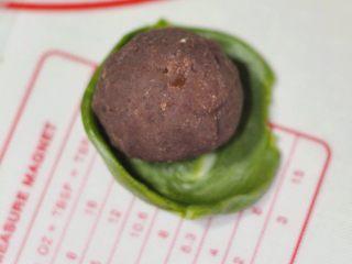 抹茶酥,取一份抹茶面皮擀开,要注意擀成中间厚边缘薄的状态,再把馅包进去。