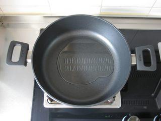 川香豆瓣鱼 :超级美味的下饭神器,不粘锅烧热倒油。