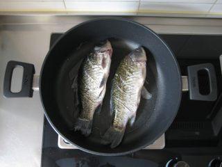 川香豆瓣鱼 :超级美味的下饭神器,放入鲫鱼。