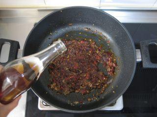 川香豆瓣鱼 :超级美味的下饭神器,烹入料酒、生抽、香醋,加糖。