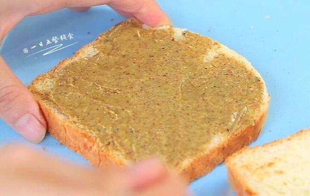 牛油果鸡蛋火腿三明治,准备工作做完了,开始码三明治了。吐司片上抹上厚厚的坚果酱。2岁以下宝宝抹薄薄的一层就可以啦。</p> <p>