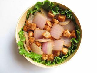 兔子趣味便当,将炒好的菜装入便当盒,并平铺开