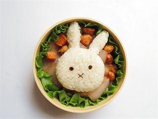 兔子趣味便当,将做好的小兔子饭团放在上面