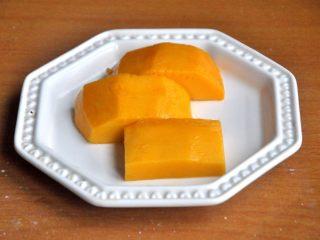芒果班戟,.切几块大小适中的芒果块。
