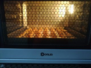 枣泥一口酥,放入预热好的烤箱底层,上火130度,下火160度烤20分钟