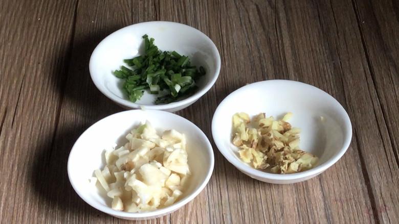 皮蛋炒青椒,备好葱姜蒜