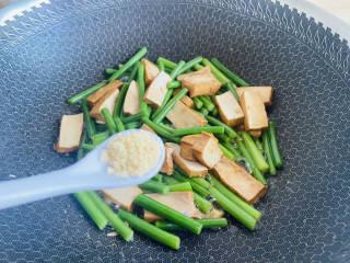 蒜苔香干,鸡精调味