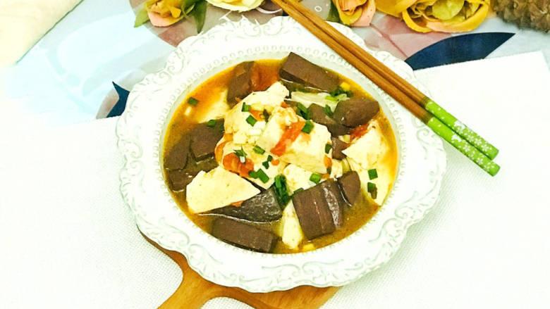 酸辣豆腐,装盘后,撒上葱花装饰