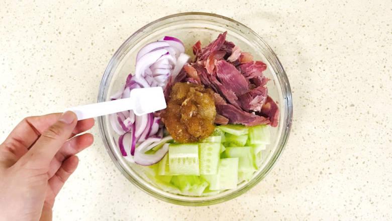 洋葱拌牛肉,加一点盐,调整一下咸淡