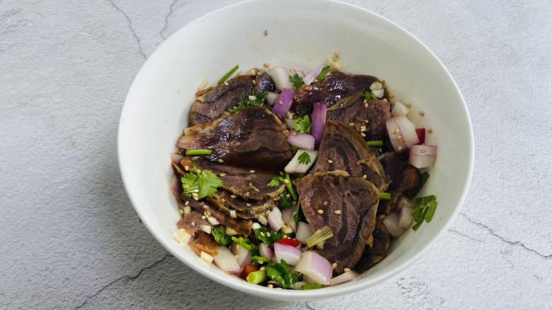 洋葱拌牛肉,放入牛肉即可食用