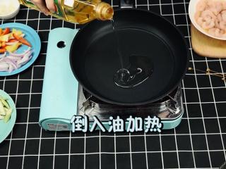 轻奢简餐《芦笋炒虾仁》,第四步:炒制《芦笋炒虾仁》 热锅倒油