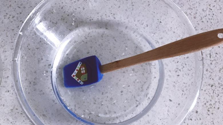 低油低糖的全麦贝果,糖倒入水中搅拌融化