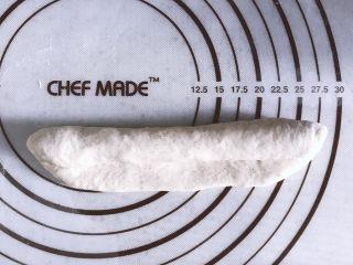 低油低糖的全麦贝果,翻面,继续稍稍擀成牛舌状,从一侧向另一侧卷起,捏紧收口