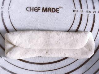 低油低糖的全麦贝果,另一种整形方法,擀成牛舌状之后两侧向内折叠。