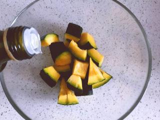 黑椒海盐烤南瓜,加入适量橄榄油