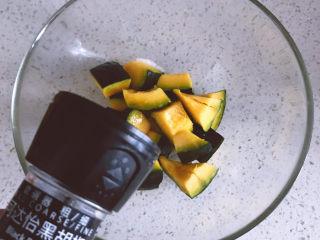 黑椒海盐烤南瓜,磨入一点点黑胡椒碎。一点点就好,主要是提味用的,不要太多